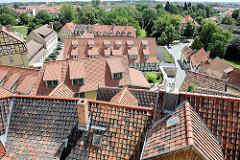 Blick vom Quedlinburger Schlossberg auf die Dächer der Stadt.