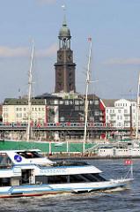 Museumschiff Rickmer Rickmers - dreimastiges Frachtsegelschiff; Liegeplatz am Johannisbollwerk in der Hamburger Neustadt, Nähe St. Pauli Landungsbrücken - im Hintergrund das Hochbahnviadukt mit einer fahrenden Hochbahn und der Kirchturm von der St. M
