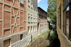 Wohnhäuser, Gewerbegebäude am Stiefelgraben in Quedlinburg, schmaler Kanal - die Gebäude sind direkt am Rand gebaut.