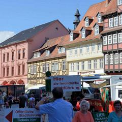 Schild Hier die freundliche Stadtführung - Fachwerkhäuser am Markt von Quedlinburg.
