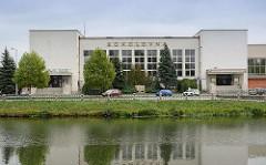 Blick über die Elbe zum Gebäude Sokolovna in Hradec Králové / Königgrätz, Sokol Philharmonisches Orchester - erbaut 1930, Architekt Milan Babuška.