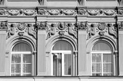 Fassadendekor - Putten tragen Lorbeerkränze mit Wappen oder Porträtrelief - Löwenköpfe mit Blumenband; Architekturbilder aus Dvůr Králové nad Labem / Königinhof an der Elbe.
