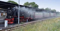 Zug der Selketalbahn am Bahnsteig im Quedlinburger Bahnhof - Lokomotive 99 7240-7