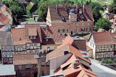 Blick vom Quedlinburger Schlossberg auf  Häuser der Stadt.