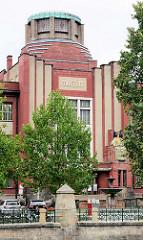 Eingang vom Ostböhmisches Museum in Hradec Králové / Königgrätz - Entwurf des Architekten Jan Kotěra, moderne tschechischen Architektur, fertig gestellt 1912; Figurenschmuck Vojtěch Sucharda.