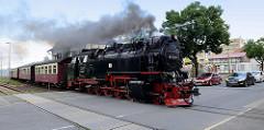 Zug der Selketalbahn in Fahrt am Bahnübergang;  Lokomotive 99 7240-7.