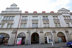 Verwaltungsgebäude der Stadt Dvůr Králové nad Labem / Königinhof an der Elbe; aufwändiges Fassadenfries - Reliefs Menschen bei der Arbeit.