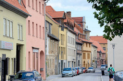 Strassenzug Über den Steinen in Aschersleben - Wohnhäuser / Geschäftshäuser, unterschiedliche Bauformen, Baustile.