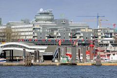 Blick über die Norderelbe zur Überseebrücke - eine Hochbahn fährt auf dem Viadukt. Dahinter das Verlagsgebäude von Gruner + Jahr am Baumwall -  Architekten Steidle & Partner und Kiessler & Partner - erbaut 1983; die Stadt Hamburg verhandelt mit Grune