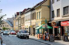 Geschäftsstraße in Dvůr Králové nad Labem / Königinhof an der Elbe; Wohnhäuser, Geschäftshäuser mit Einzelhandel.