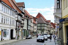 Geschäftsstraße in Quedlinburg, Einzelhandel - parkende Autos im Steinweg.