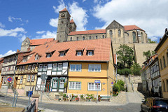 Wohnhäuser - Schlossberg von Quedlinburg mit Stiftskirche St. Servatius.