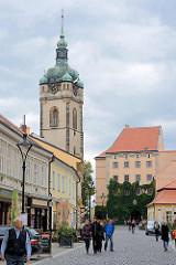 Fussgängerzone mit Aussengastronomie - Blick zum Schloss Mělník; Kirchturm der Kath. Propsteikirche St. Peter und Paul (Kostel sv. Petra a Pavla).