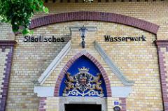 Fassade / Schriftzug Städtisches Wasserwerk - Quedlinburger Stadt -  Wappen von Löwen gehalten.