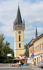 Kirchturm der ehem.  romanische Dekanatskirche Johannes der Täufer in Dvůr Králové nad Labem / Königinhof an der Elbe; die Kirche wurde  Ende des 14. Jahrhunderts dreischiffig umgebaut und 1588 das Vorhaus angefügt - 1644 wurde der Turm aufgestockt.