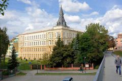 Fussgängerbrücke an der Elbe in Nymburk / Neuenburg; im Hintergrund das Bohumil Hrabal Gymnasium in Nymburk - Baustil Neorenaissance, erbaut 1907.