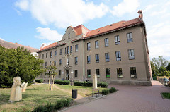 Kirchliches Gebäude, Kindergarten - Kunst / Skulpturen auf der Wiese; Bilder aus Dvůr Králové nad Labem / Königinhof an der Elbe