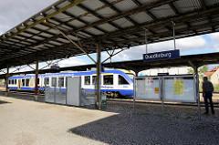 Bahnsteig am Bahnhof Quedlinburg - Regionalzug Harz Elbe Express im Bahnsteig.