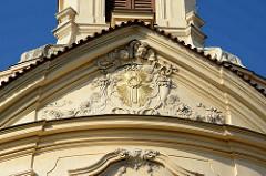 Fassade / Tympanon der Kirche beim Ursulinenkloster in Kutná Hora / Kuttenberg; Barock Architektur, erste Hälfte des 18. Jahrhunderts - böhmischer Baumeister, Architekt Kilian Ignaz Dienzenhofer.