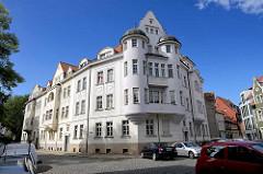 Mehrstöckiger Wohnblock mit Erkertürmen / Kupferkuppel - Gründerzeitarchitektur in Quedlinburg.