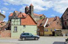 Wohnhäuser, Durchgangsstraße - Schlossberg von Quedlinburg mit Stiftskirche St. Servatius.