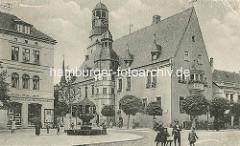 Historische Aufnahme vom Rathaus von Aschersleben / Baubeginn 1517 - 1885 zweistöckiger Anbau, Entwurf Stadtbaumeister Hans Heckner. Kern der Anlage ist der gotische Hauptturm. Der höhere Uhrenturm hat ein Uhrwerk von 1580 - zwei vergoldete Ziege