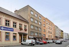 Straßenzug in Hradec Králové / Königgrätz - schlichte sozialistische Wohnblocks; einstöckiges Gründerzeitgebäude.