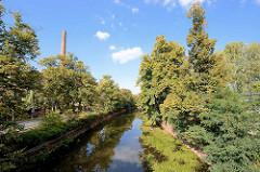 Kanalisierter Lauf der Elbe in Dvůr Králové nad Labem / Königinhof an der Elbe; Bäume am Elbufer - Fabrikschornstein.