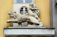 Dekorelement an einem Wohnhauser der Stadt Hradec Králové / Königgrätz; Architektur der 1920er / 1930er Jahre. Putte mit Früchten / Blumen reitet einen Panter.
