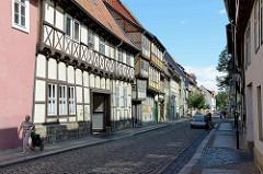 Fachwerkarchitektur, Kopfsteinpflaster in der Breiten Straße von Quedlinburg.