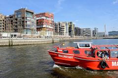 Das Fahrgastschiff Ballinstadt der Maritimen Circle Line im Grasbrookhafen - Promenade am Dalmannkai; Wohnhäuser in der Hamburger Hafencity.