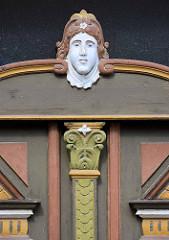 Detail historische Eingangstür, Holztür mit Jugendstilschnitzerei - alt + neu, Bilder aus Aschersleben.