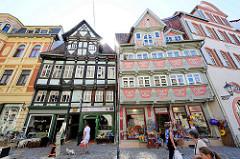 Alte Fachwerkgebäude in der Breiten Straße von Quedlinburg - re. vorkragendes Fachwerkhaus von 1560 im Stil der Frührenaissance, reiches Schnitzwerk und Malereien.