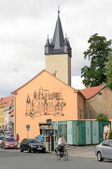 Stadtturm Schmaler Heinrich in Aschersleben - erbaut 1442; Torturm der ehem. Verteidigungsanlage der Stadt. Fassadendarstellung der Stadt Aschersleben mit Rathaus und den einzelnen Türmen