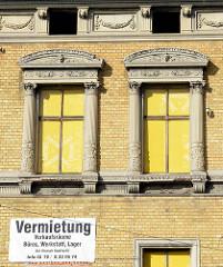 Architekturdetails, kannelierte Steinsäulen als Fensterschmuck - ehem. Fabrikgebäude mit angegliederten Fabrikantenvilla - Industriearchitektur unter Denkmalschutz in Quedlinburg.