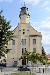 Postgebäude in Dvůr Králové nad Labem / Königinhof an der Elbe; hoher Uhrenturm mit Kupferdach.