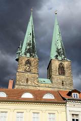 Kirchtürme der St. Nikolaikirche in Quedlinburg - dunkle Gewitterwolken.