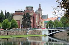 Blick über die Elbe zum Ostböhmisches Museum in Hradec Králové / Königgrätz - Entwurf des Architekten Jan Kotěra, moderne tschechischen Architektur, fertig gestellt 1912; Figurenschmuck Vojtěch Sucharda.