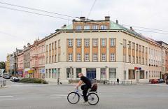 Straßenkreuzung in Hradec Králové / Königgrätz; Fahrradfahrer - Wohnhaus.