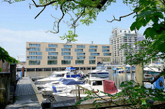 Neubauquartier, sogen. Marina auf der Schlossinsel im Harburger Hafen - im Vordergrund liegen Sportboote am Steg.