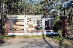 Ruine eines Ferienhauses - Flachbau ohne Dach und Fenster zwischen Kiefern beim Ostseebad Prerow.