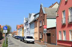 Wohnhäuser mit unterschiedlich gestalteten Hausfassaden / Bauform; Architektur in der Stadt Barth.
