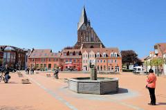 Marktplatz von Barth - Marktbrunnen und St. Marien Kirche.