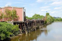 Im Mai 2016 abgebrannte denkmalgeschütze Lagerhäuser am Neuhäuser Damm / Marktkanal in Hamburg Veddel.