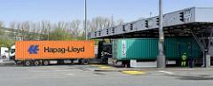 Zollabfertigung auf dem HHLA Container Terminal Altenwerder - Lastwagen mit Containern fahren durch die Zollkontrolle im Hamburger Hafen.