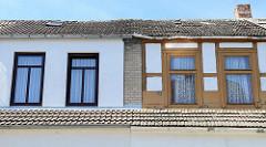 Detail Doppelhaus in der Bergstraße von Ribnitz-Damgarten; eine Hälfte restauriert, mit neuen Fenstern - die andere Hälfte renovierungsbedürftig, mit freigelegtem Fachwerk.