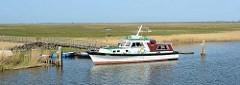 Fährverbindung - Barkasse KIRR am Anleger der Insel Kirr im Barther Bodden bei Zingst. Die Vogelschutzinsel Kirr ist eine Salzgrasinsel mit einer Länge von ca. 3,5 km und einer maximalen Breite von 1,5 km mit weitverzweigten Prielen. Durch den Nat