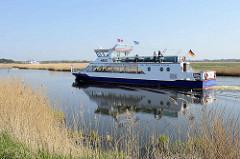 Fährschiff MS Heidi in Fahrt auf dem Prerower Strom.