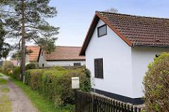 Schlichte Ferienhaussiedlung / Wochenendhäuser in Zingst, Mecklenburg-Vorpommern.
