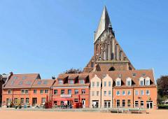 Marktplatz von Barth - Häuserzeile, Sankt Marienkirche; Backsteingotik im 13. Jahrhundert erbaut - frühgotische Hallenkirche.